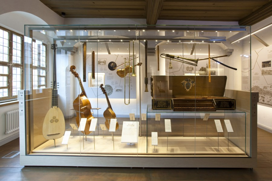 Heinrich-Schütz-Haus Weißenfels | The sounds of the court orchestra can be explored at the instrument display case's audio stations.